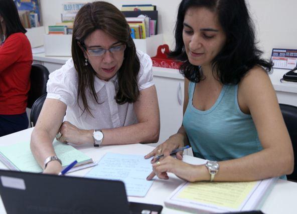 Leninha acompanha a revisão do planejamento do 1º semestre e dá uma devolutiva à equipe de professores