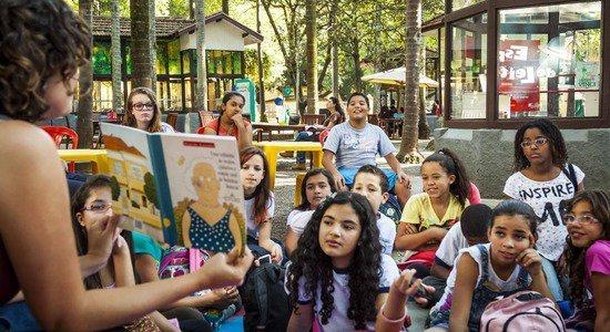 Crianças participam de leitura ao ar livre (Foto: Divulgação/Paulo Savala)