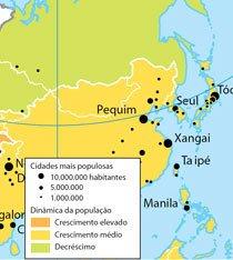 Focando o norte do continente, os alunos observaram mapas. Neste, a área pintada de verde indica uma população em declínio. Fonte Atlas geográfico: espaço mundial, Graça M. L. Ferreira, Ed. Moderna, 2003