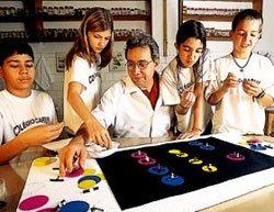 Gilton e um grupo da 7ª série: as características hereditárias e os cruzamentos são simulados com pedaços de isopor, cartolina, fios de telefone e alfinetes coloridos