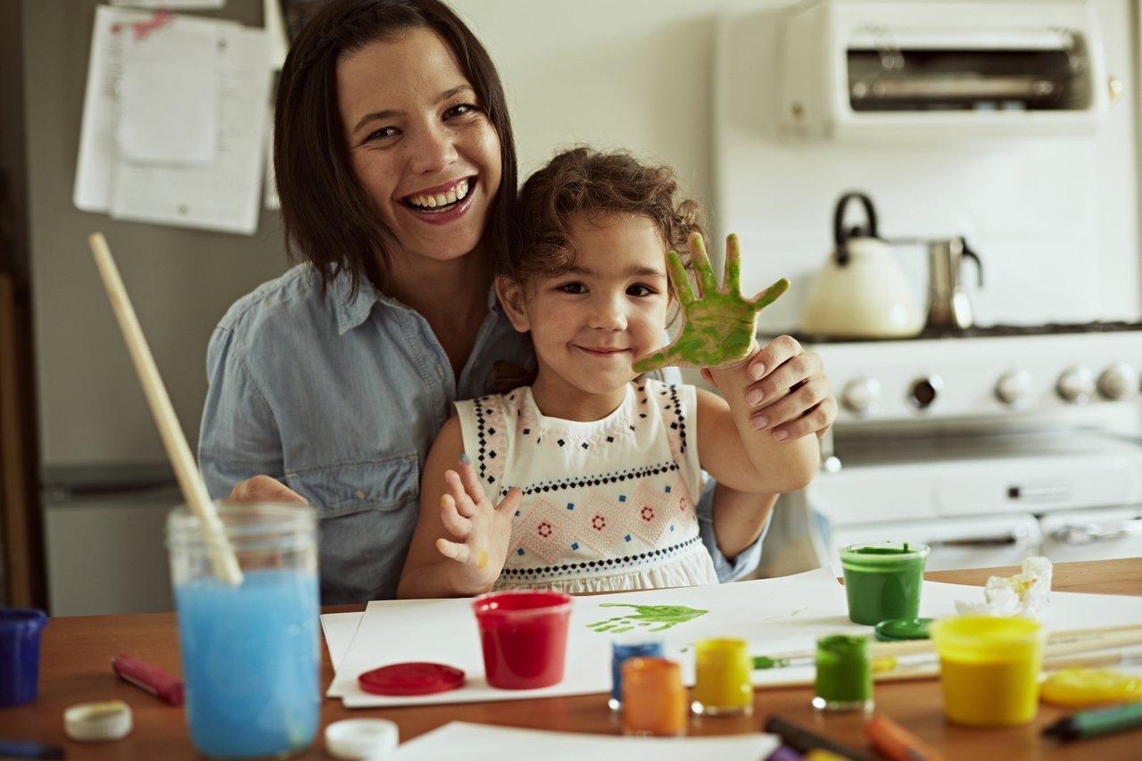 mulher e criança brincando com tinta guache