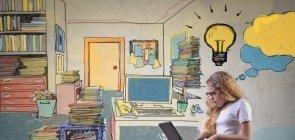 Foto de uma menina de verdade sentada no chão de uma biblioteca ilustrada. Ela está usando um notebook no colo e há uma lâmpada desenhada sobre sua cabeça