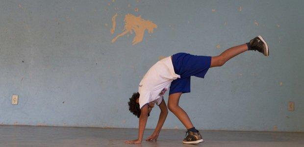 Aluno do professor Lindinalvo Natividade treinando capoeira, na EM Aureliano Portuga. Foto: Fernando Frazão