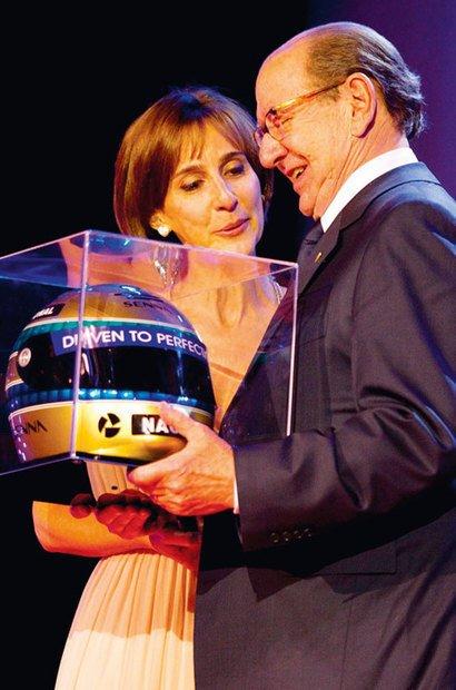 Recebendo o Prêmio Ayrton Senna na categoria Educação, concedido a NOVA ESCOLA em 2010, por ampliar o debate sobre a Educação de qualidade no país. Carina Zaratin