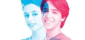 À esquerda, a foto de menina tem cor azul, ao seu lado, um menino de rosa. Os dois sorriem