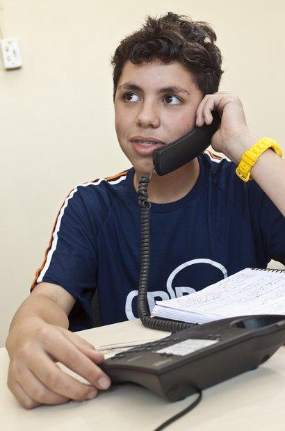 Os integrantes da CBB WebTV têm uma autorização especial para utilizar celulares e o telefone da escola. Assim, podem agendar as entrevistas a serem realizadas. Foto: Tamires Koop