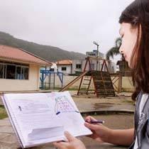 Alunos do 3º ano da EBM Professora Dilma Lúcia dos Santos, em Florianópolis, desenharam o que viam em uma das direções. Foto: Tarcisio Mattos/Tempo Editorial