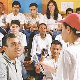 Documentando para o futuro: alunos da EM Florestan Fernandes. Foto: Rogério Albuquerque