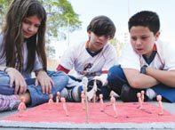 VERSÃO EM 3D Para testar variações de regras no jogo de vôlei, a classe do 5º ano da EE Alcides da Costa Vidigal constrói um esquema visual e uma maquete do jogo