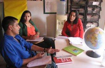 De vermelho, a coordenadora Gislaine planeja as aulas de Geografia com os professores Marta e Fernando. Foto: Arthur Guimarães