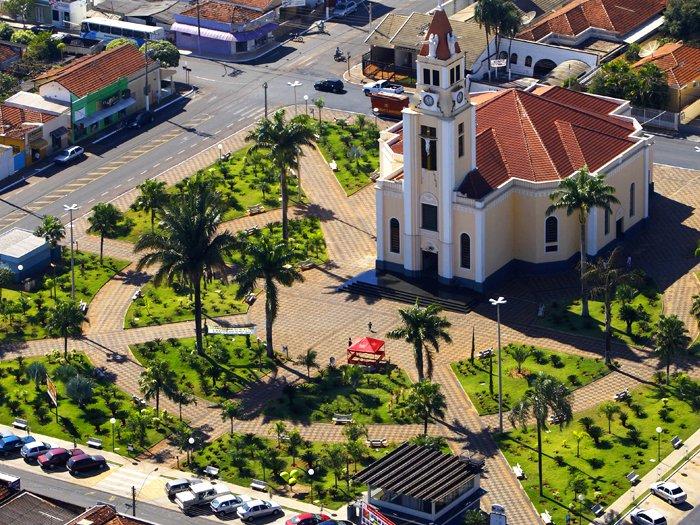 Vista área do centro de Potirendaba, São Paulo, mostrando a igreja e a praça central