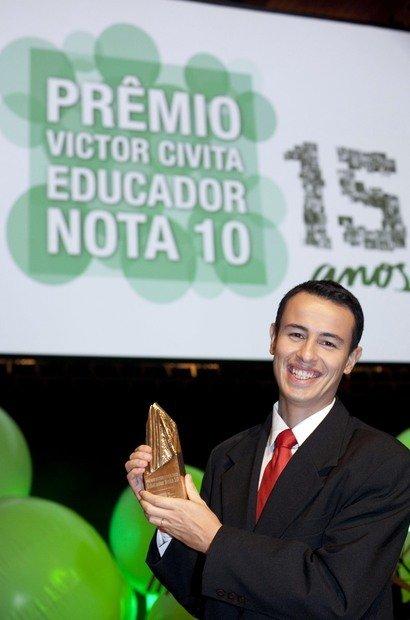 O professor de Ciências da Educação de Jovens e Adultos do Colégio Santa Cruz, em São Paulo, Felipe Bandoni de Oliveira. Ele foi eleito Educador do Ano de 2012 com o projeto 'Lua de São Jorge'