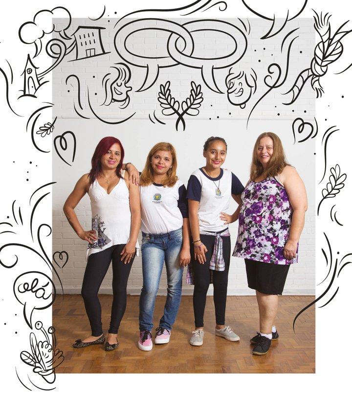 Mães posam com suas filhas, que são alunas da EMEF Violeta Doria Lins.