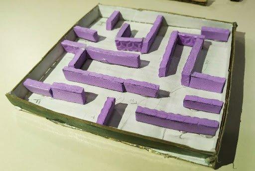 Imagem mostra o labirinto já montado