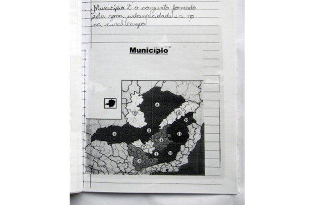 As várias dimensões do espaço de vivência da turma foram trabalhadas. O conceito de município, descrito por Anna Luiza, foi estudado com base na observação de mapas e de programas, como Google Maps. Roberto Chacur