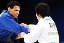 A brasileira Edinanci Silva lutando contra a judoca coreana, nos Jogos de Beijing 2008. Foto: Alexandre Battibugli