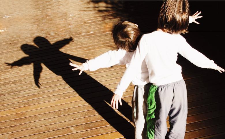 Experimentações: os pequenos percebem como a projeção do corpo muda de tamanho. Foto: Fernanda Sá