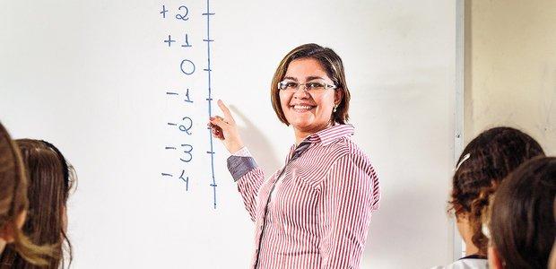 Elaine de Macedo usou a reta numérica como um apoio para ensinar os números negativos. Foto: Ramón Vasconcelos