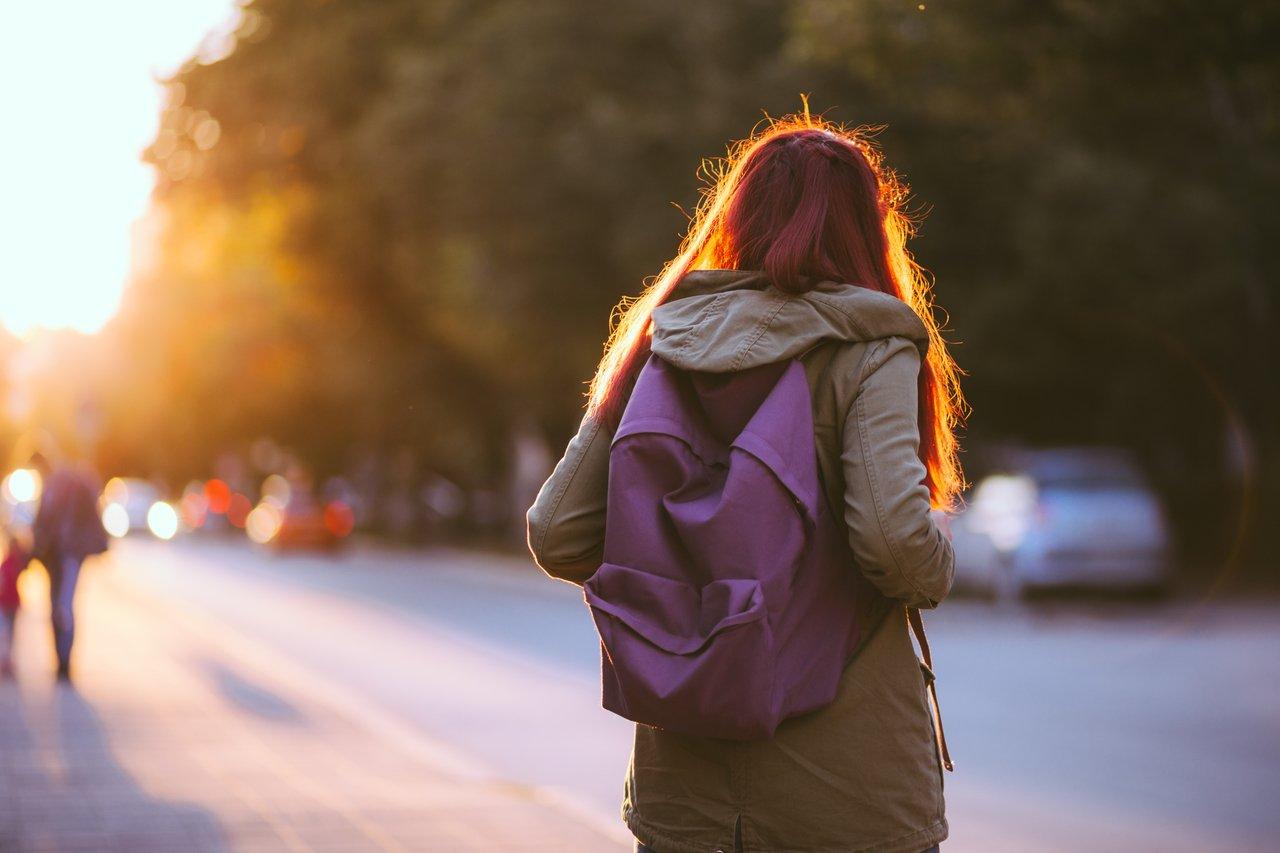 Estudante caminha sozinha