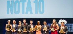 foto dos 10 vencedores do prêmio Educador Nota 10 de 2016 no palco durante a Cerimônia de Premiação