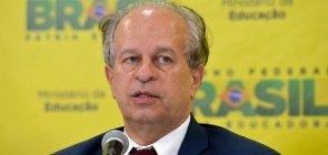 O ex-ministro Renato Janine Ribeiro divulgando números do Enem 2015
