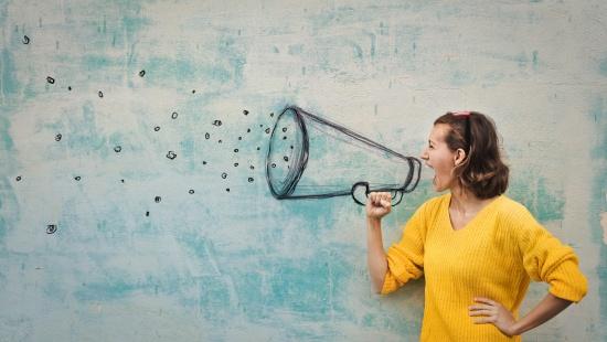 Mulher segurando um megafone
