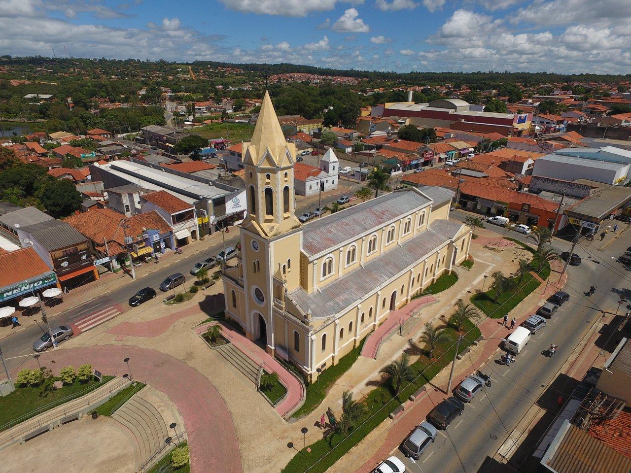 Vista aérea da praça central e igreja matriz de Araçoiaba da Serra