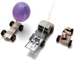 BOM E BARATO Objetos do dia-a-dia são o suporte para criar carros com máquinas simples, base da robótica. Fotos: Marcelo Kura