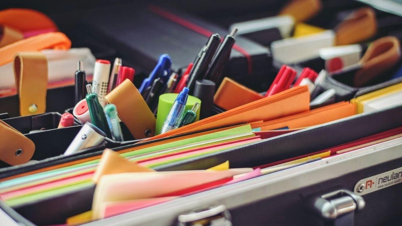 Material de escritório na mesa do gestor da escola
