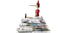Um boneco Pinóquio de madeira sentado em cima de uma pilha de jornais