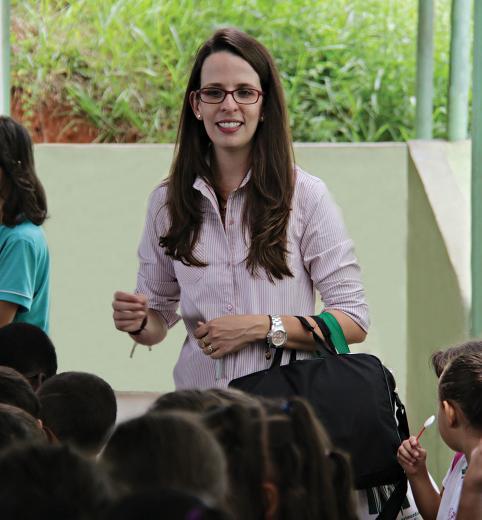 Professora chegando à escola