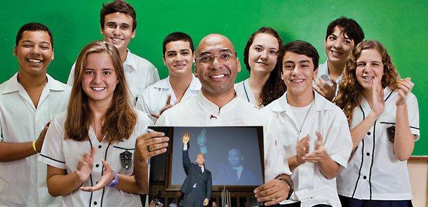 Moraes com seus alunos e na cerimônia em que recebeu o Prêmio Victor Civita. Fernando Frazão e Marcos Rosa