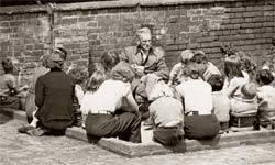 Neill na escola, nos anos 60: relação aberta entre professores e alunos. Foto: Divulgação
