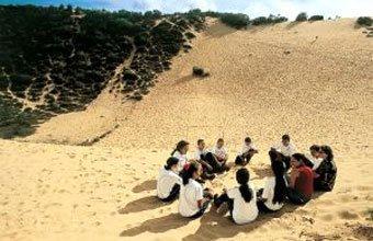 Sandra vai com os alunos à duna próxima à escola: estudo do meio Foto: Canindé Soares