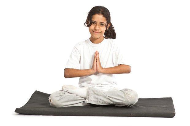 Com a ajuda da professora, a turma conheceu posições da ioga, como a de lótus. Manuela Novais