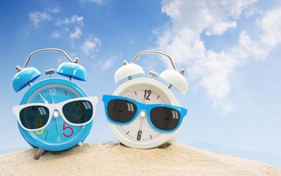 Dois despertadores com óculos escuros na praia