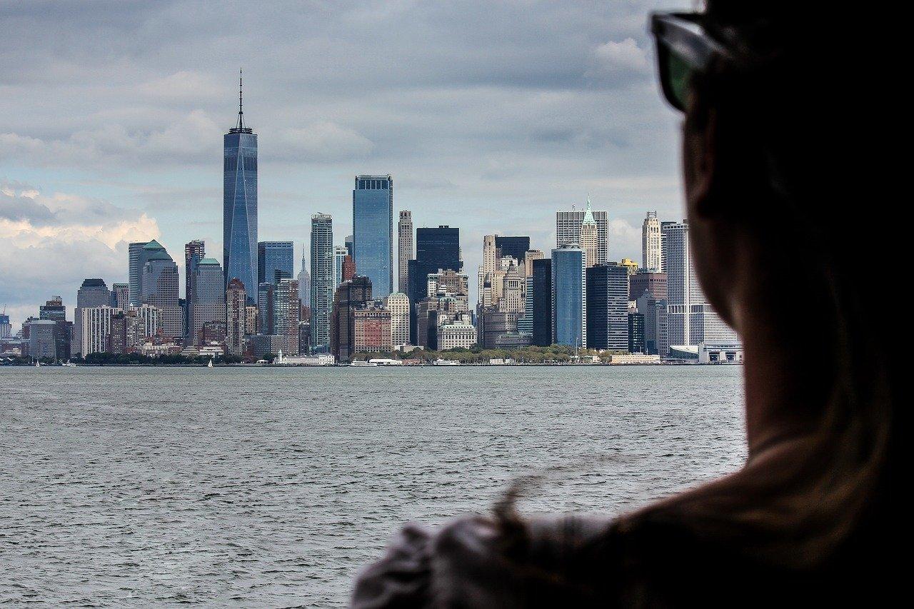 Cidade de Nova York cheia de prédios vista a partir da baía