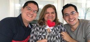 Marilena Umezu, coordenadora da escola de Suzano, ao lado dos filhos Vinicius e Marcelo