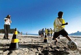 Rosemary, da Escola Municipal Irmão José Genésio, filma os alunos durante atividade na praia...