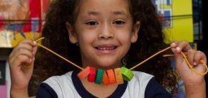 Construindo colares: uma atividade com números e tampinhas de garrafa