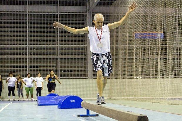 Serafim Thomé Braga, 65 anos, caminhou sobre uma trave para praticar o equilíbrio. A atividade fazia parte de um circuito psicomotor, que continha outros desafios corporais propostos aos alunos. Fernando Frazão