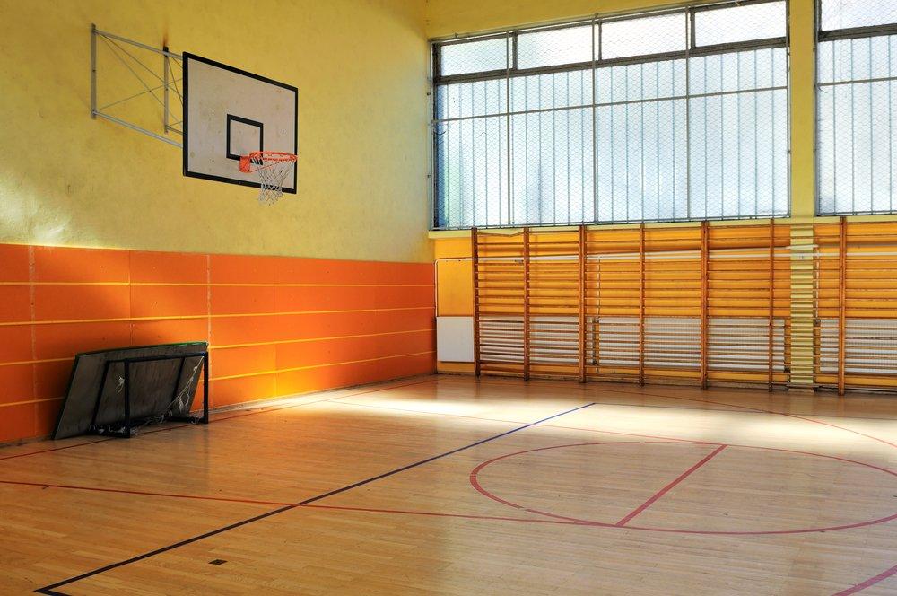 Quadra de basquete vazia
