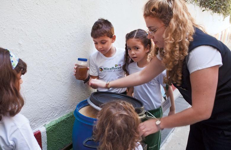 Alunos são orientados a reunir óleo de cozinha para reciclagem. Foto: Gilvan Barreto