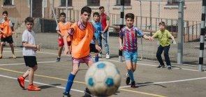 Meninos jogam futebol