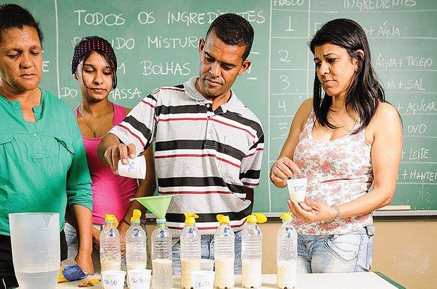 A água e o fermento foram isolados e os outros ingredientes testados pelos alunos. Ramón Vasconcelos