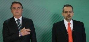 O presidente Jair Bolsonaro e Abraham Weintraub durante execução do hino nacional na cerimônia de posse como ministro da Educação