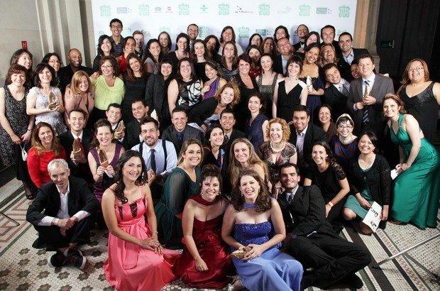 Os Educadores Nota 10 de 2012 e toda a equipe da Fundação Victor Civita na festa do Prêmio, na Sala São Paulo