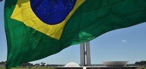 Bandeira do Brasil tremula diante do Congresso Nacional em Brasília