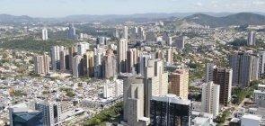 Vista superior do centro financeiro de Barueri. Vê-se diversas construções, entre as quais, prédios altos. Ao fundo, vê-se uma paisagem verde.