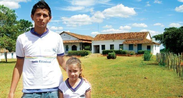 Epitácio Francisco Neto, 16 anos, irmão de Wulmara e a escola dele, em Aliança. Fotos: Danny Yin
